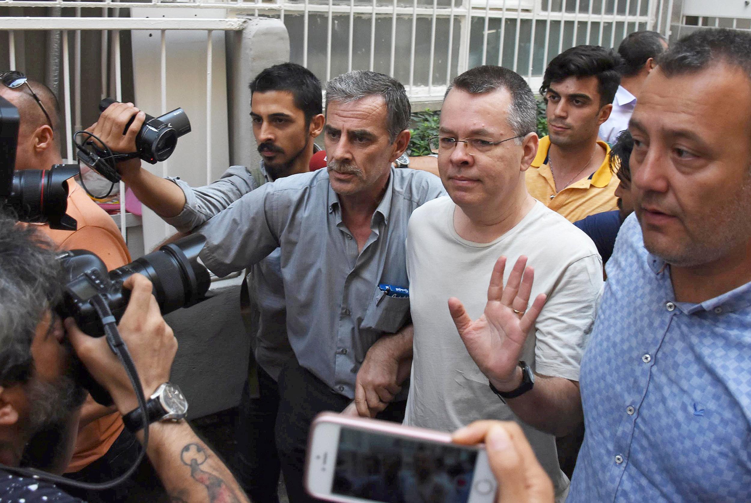 Andrew Brunson, el pastor estadounidense cuando llega a su casa después de haber sido liberado de la prisión de Esmirna, Turquía