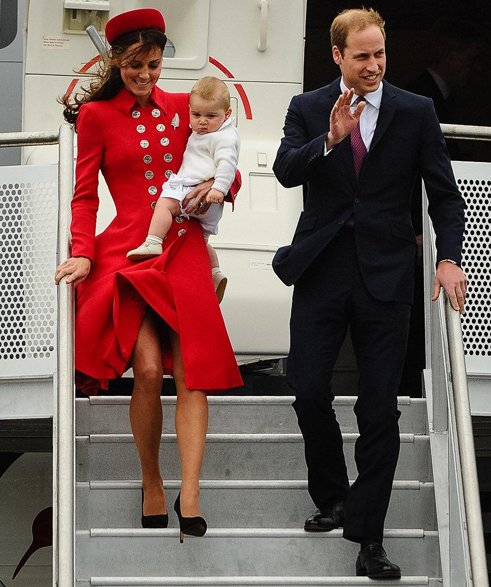 Kate Middleton, duquesa de Cambridge, y su marido, el príncipe Guillermo, bajan de un avión en Nueva Zelanda (2014)