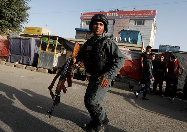 Un policía afgano en el lugar del atentado en Kabul