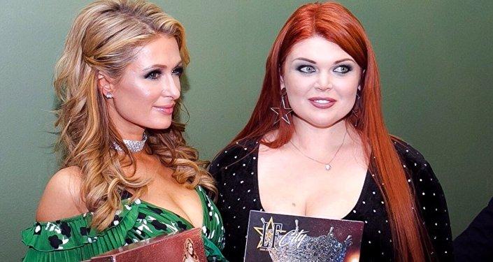 La modelo rusa Yulia Ribakova con  Paris Hilton