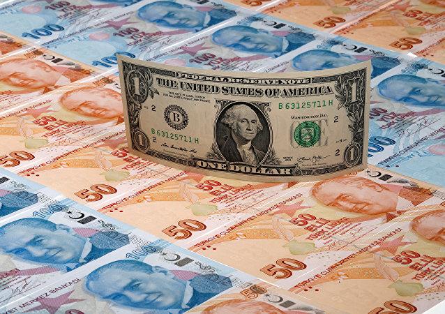 Un billete de un dólar encima de billetes de banco de liras turcas