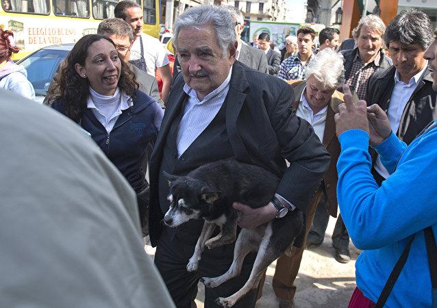 José Mujica, expresidente de Uruguay, lleva a su perra Manuela en brazos