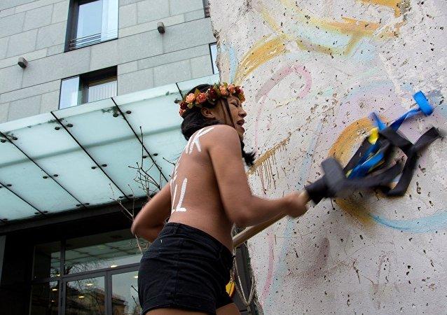 Una acción de protesta de Femen al lado de la Embajada de Alemania en Ucrania