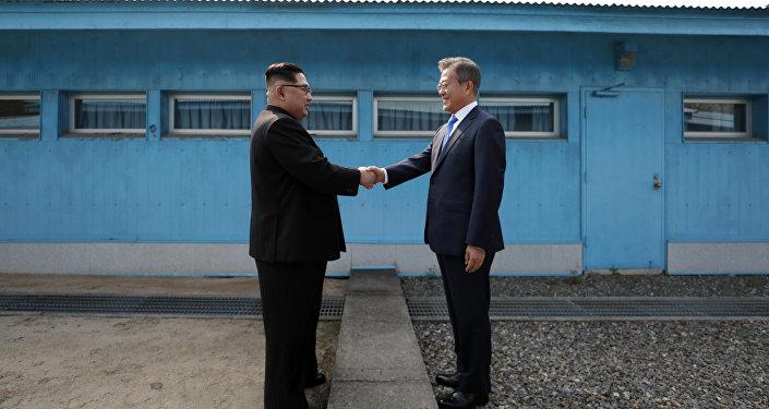 El líder de Corea del Norte, Kim Jong-un, y el presidente de Corea del Sur, Moon Jae-in (archivo)