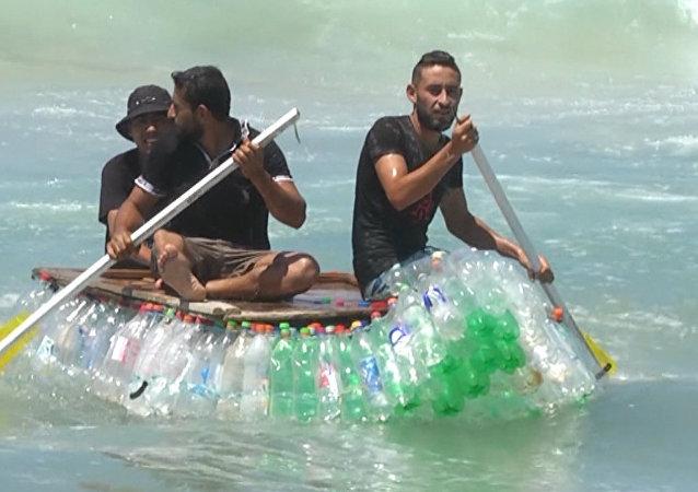 ¿Basura o filón de oro? Un pescador palestino da una 'segunda vida' a cientos de botellas