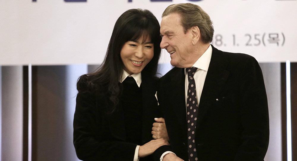 El excanciller federal de Alemania, Gerhard Schroeder, y su novia Kim So-yeon