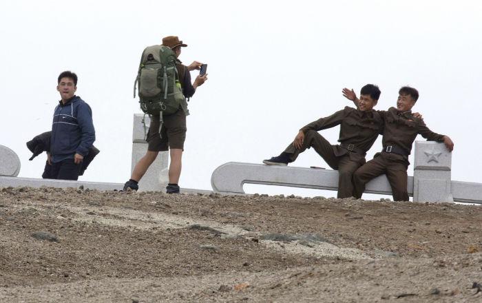Una turista australiana hace una foto a dos soldados norcoreanos