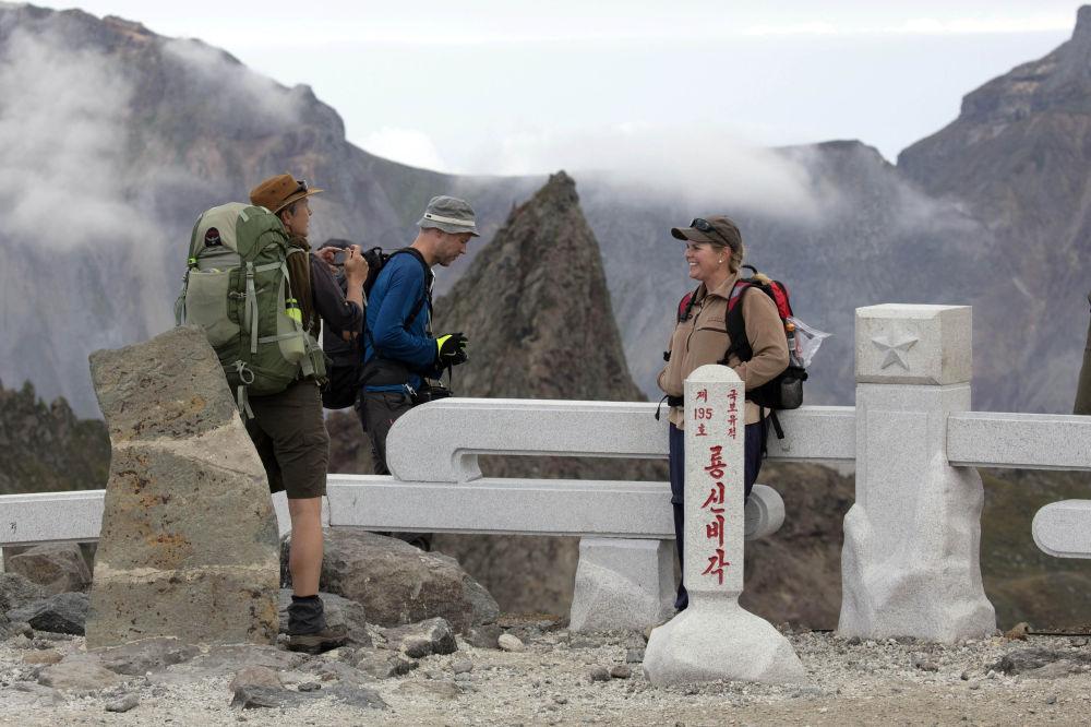 Los turistas extranjeros en el monte sagrado de Paektu.