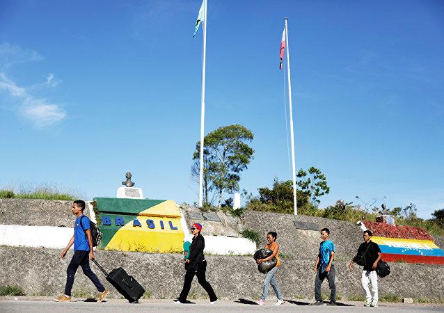 Migrantes venezolanos en la frontera entre Brasil y Venezuela