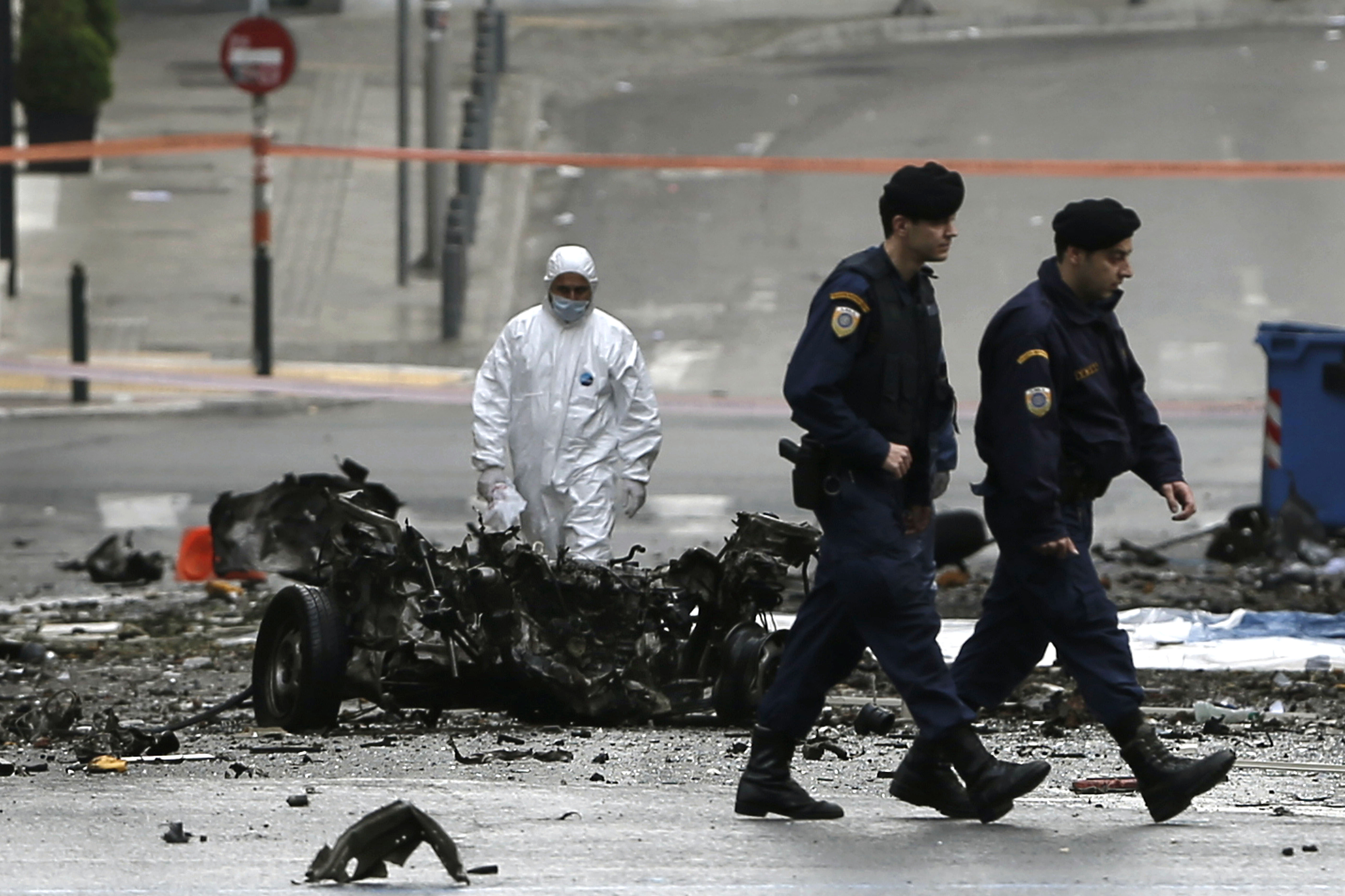 Los restos del coche bomba cerca del Banco de Grecia