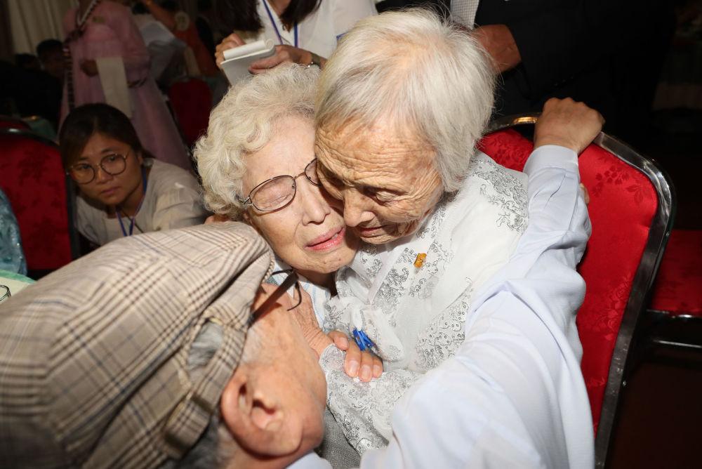 Una surcoreana abraza a su hermana norcoreana durante la reunión en la zona desmilitarizada.