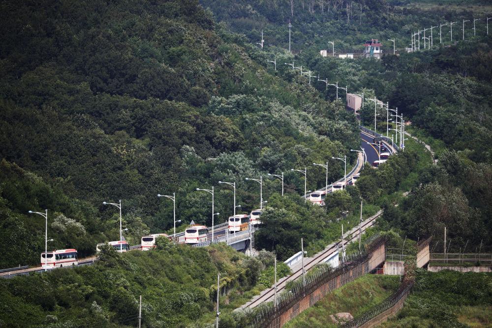 Los autobuses transportan a las familias surcoreanas hacia la zona desmilitarizada para que se reencuentren con sus familiares del norte.