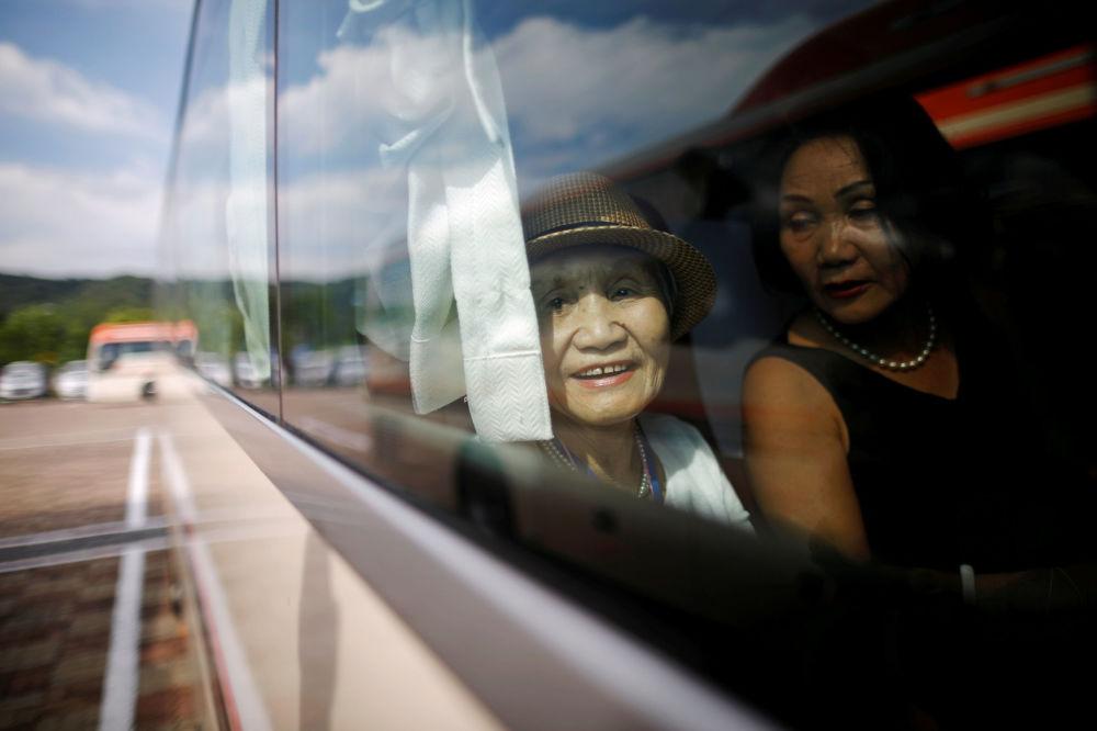 Una anciana surcoreana mira por la ventana del autobús.