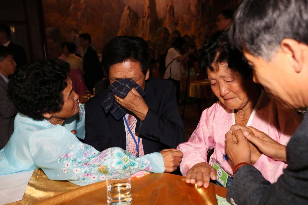 El reencuentro en el monte Kumgang estuvo lleno de momentos emotivos, todos protagonizados por familiares que no se veían desde hacía más de medio siglo.