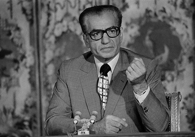 El sha de Irán, Mohamed Reza Pahlavi, durante una conferencia en Versalles en 1974