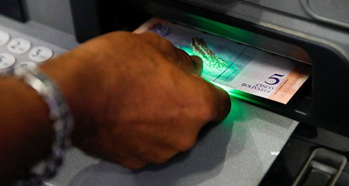 Un venezolano recibe un billete de 5 bolívares