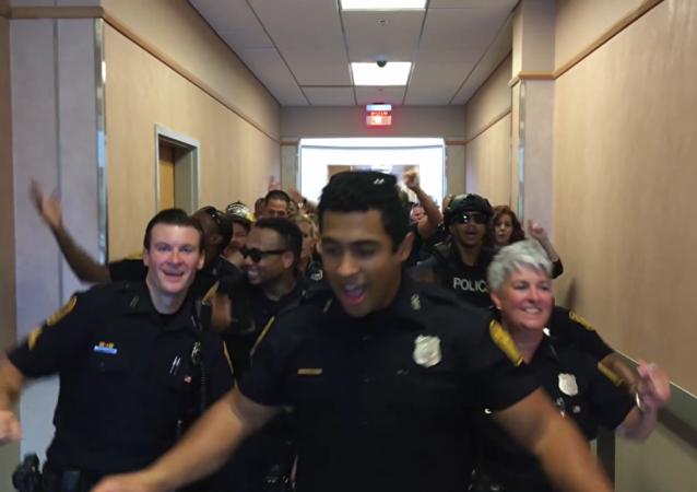 Policías bailan al ritmo de la canción 'Uptown Funk', de Bruno Mars