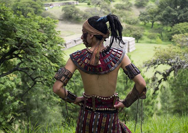 Un hombre ataviado con la vestimenta tradicional maya