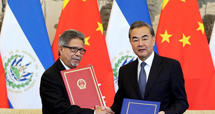 El canciller de China, Wang Yi, y su par salvadoreño, Carlos Castañeda, tras firmar el acuerdo que establece las relaciones diplomáticas entre sus países.