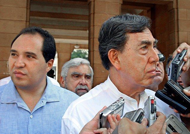 Lázaro Cárdenas Batel con su padre Cuauhtémoc Cárdenas