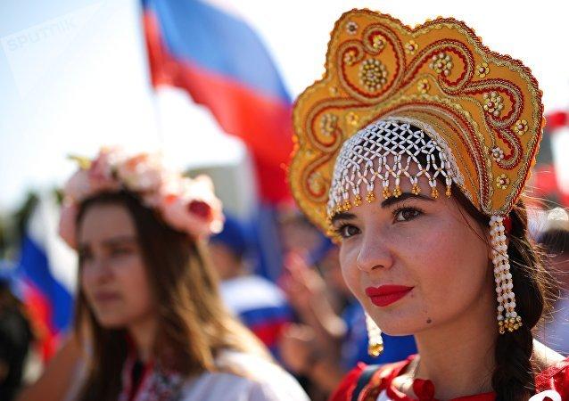 Una de las participantes en las fiestas del Día de la Bandera del Estado de la Federación de Rusia en Krasnodar.