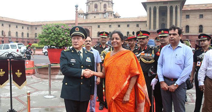 El ministro de Defensa de China, Wei Fenghe, y su homóloga india, Nirmala Sitharaman