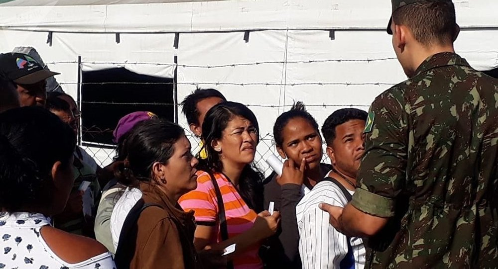 Venezolanos hacen cola en Pacaraima esperando a que abra el puesto conjunto de la ONU, el Gobierno y el Ejercito de Brasil