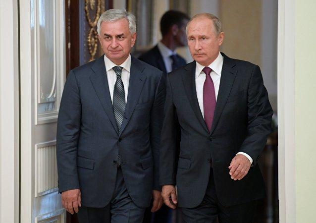 El líder de Abjasia, Raúl Jadyimba, y el presidente ruso, Vladímir Putin (archivo)