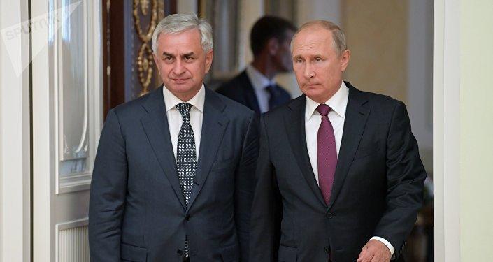 El líder de Abjasia, Raúl Jadzhimba, y el presidente ruso, Vladímir Putin
