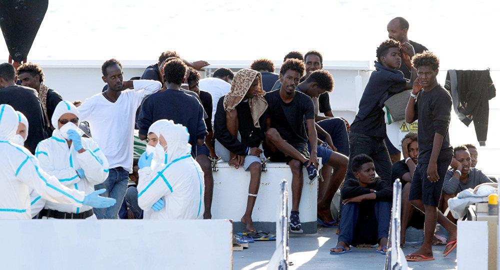 Los migrantes en el barco de la guardia costera italiana Diciotti