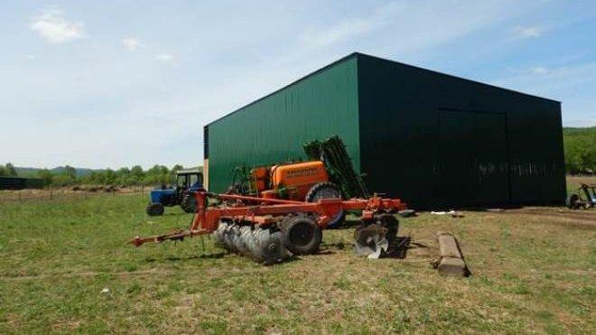 En tiempo de cosecha, el hangar temporalmente se convierte en un granero