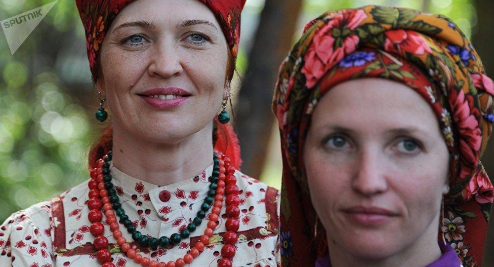 Mujeres de la comunidad de viejos creyentes (imagen referencial)