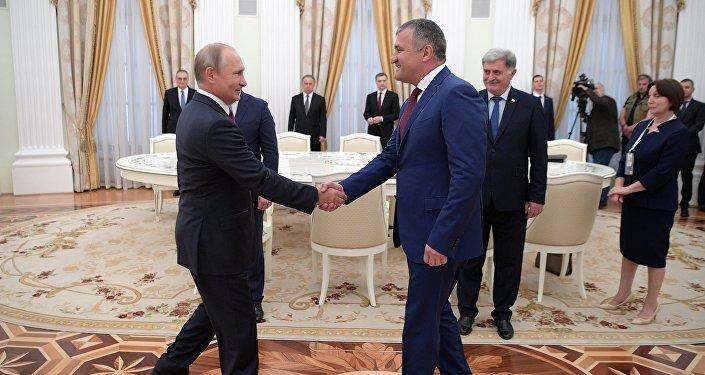 Vladímir Putin, presidente ruso, y Anatoli Bibílov, presidente de Osetia del Sur