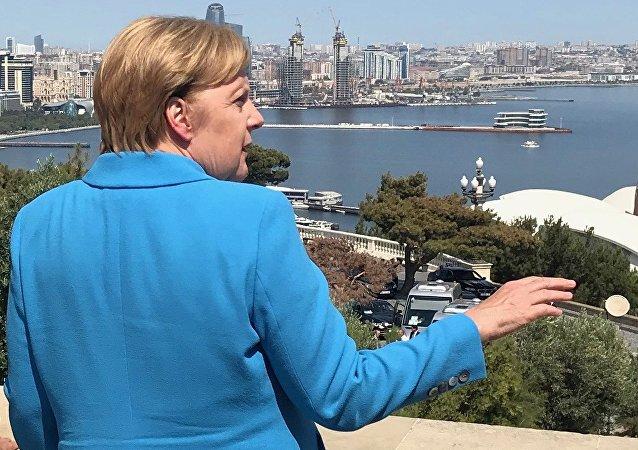 La canciller de Alemania, Angela Merkel, durante su visita a Azerbaiyán