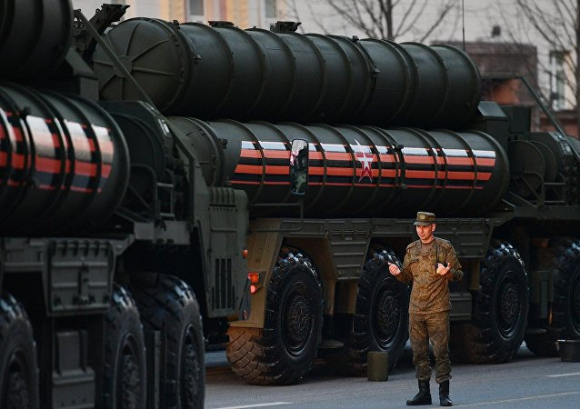 Militar ruso al lado del sistema S-400