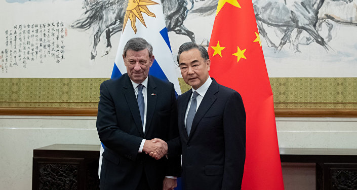 El canciller de Uruguay, Rodolfo Nin Novoa, con su homólogo chino, Wang Yi
