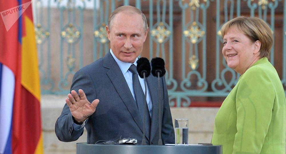El presidente de Rusia, Vladímir Putin, y la canciller de Alemania, Angela Merkel