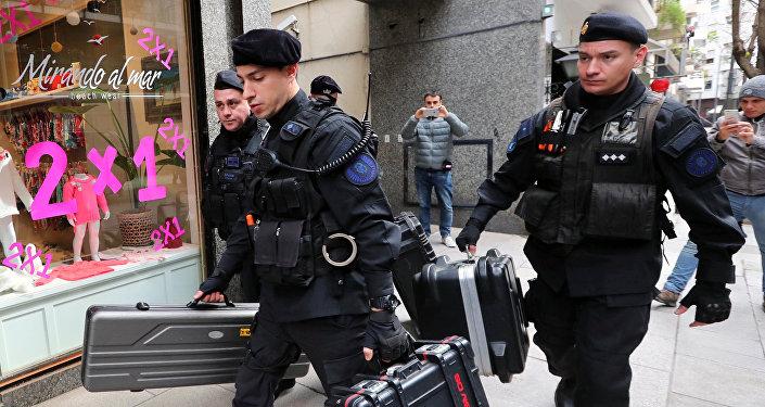 Los policías cerca de la casa de Cristina Fernández de Kirchner