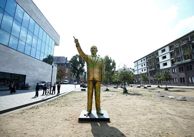 Estatua dorada del presidente de Turquía, Recep Tayyip Erdogan
