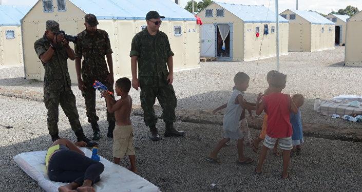 Militares y niños en el campo de refugiados Rondon I en Boa Vista