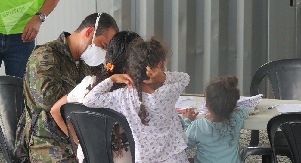 Médicos militares atienden a niños en el campo de refugiados Rondon I en Boa Vista