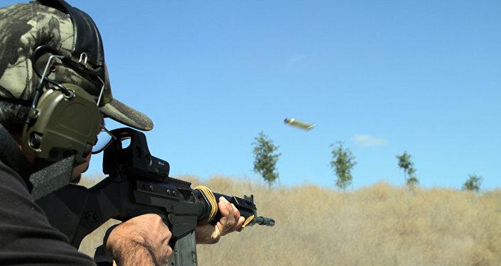 Un hombre lanza disparos con un rifle FAL