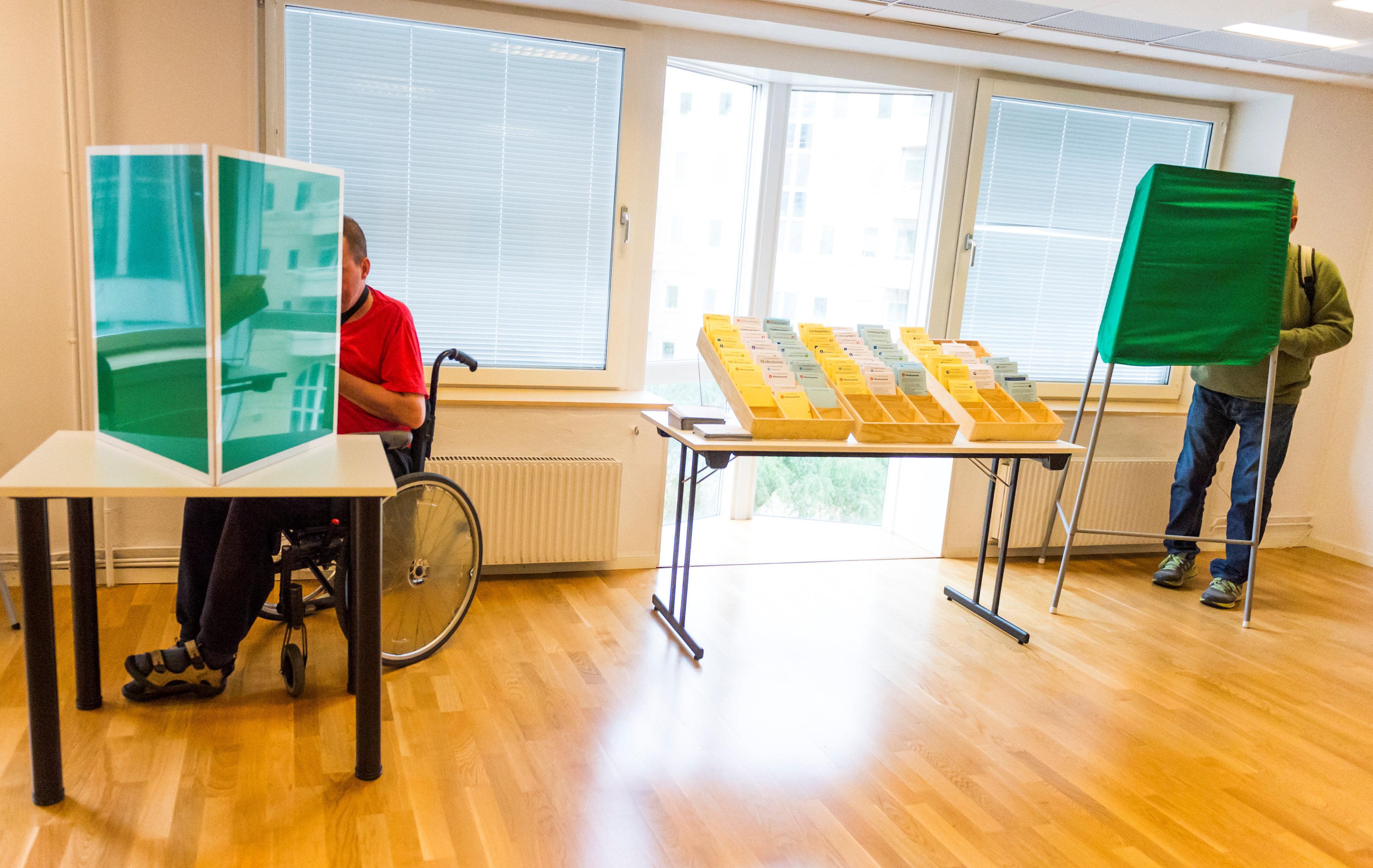 Las personas ejercen su derecho al voto en una mesa electoral en Estocolmo, Suecia
