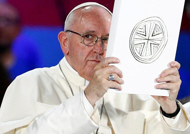 El Papa Francisco sosteniendo el libro del Evangelio (archivo)
