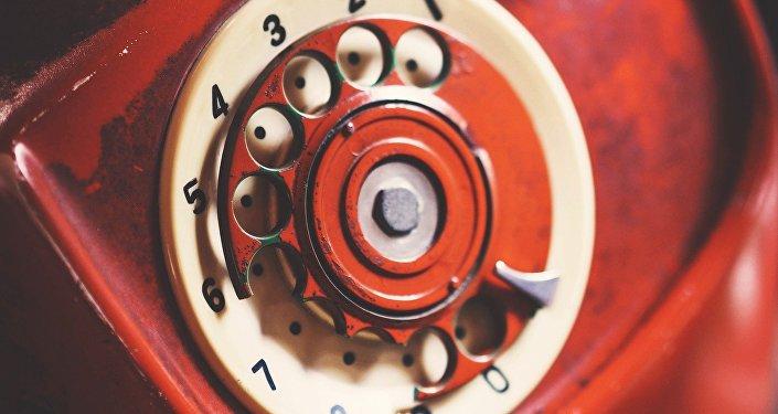 Un teléfono rojo