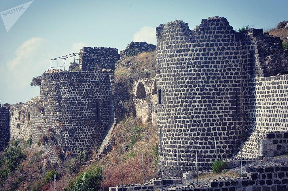 El castillo de Margat, un fortín localizado cerca de Baniyas, a dos kilómetros de la costa mediterránea. Fue fortificado por primera vez en 1062 por los musulmanes y después sirvió como uno de los bastiones principales de los Caballeros Hospitalarios.