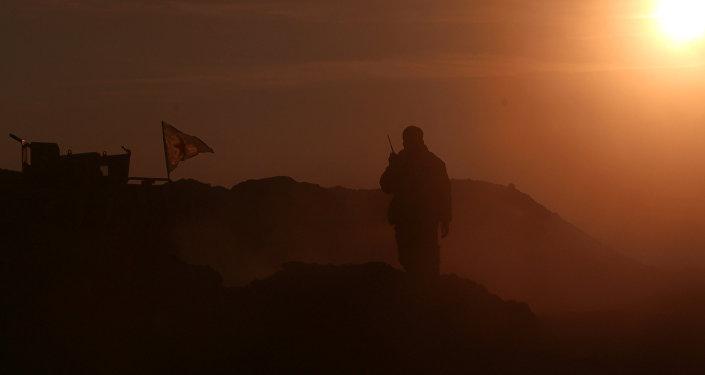 Combatiente de las Fuerzas Democráticas Sirias en la ciudad siria de Al Raqa