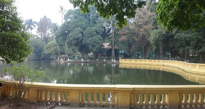 Estanque del Palacio Presidencial de Hanoi, al fondo la Casa Zancuda