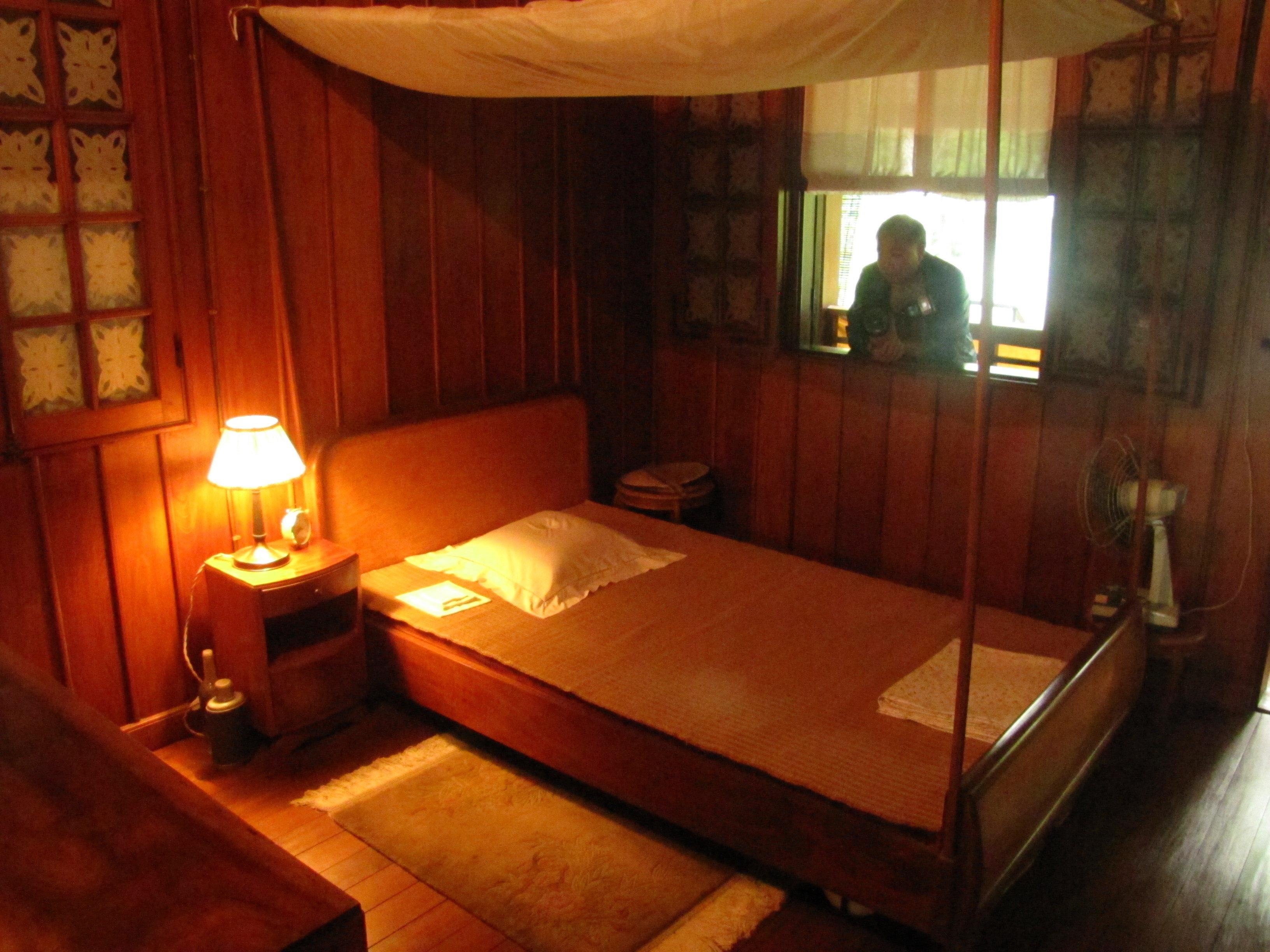 Dormitorio de Ho Chi Minh en la Casa Zancuda ubicada dentro del Palacio Presidencial de Hanoi