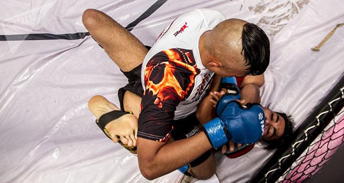 Dos peleadores durante una de las competencias del Torneo Nacional de Artes Marciales Mixtas